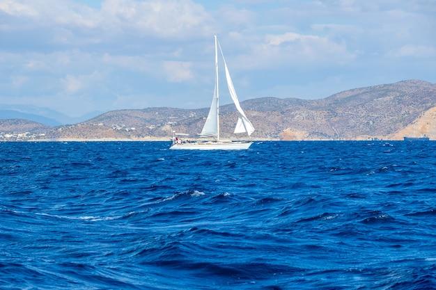 Парусная яхта на берегу средиземного моря. облачная погода