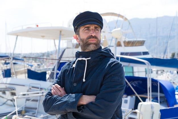 Моряк в порту марина с фоном лодки