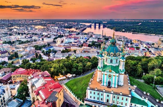 Свято-андреевская церковь и район подола в старом городе киева, украина