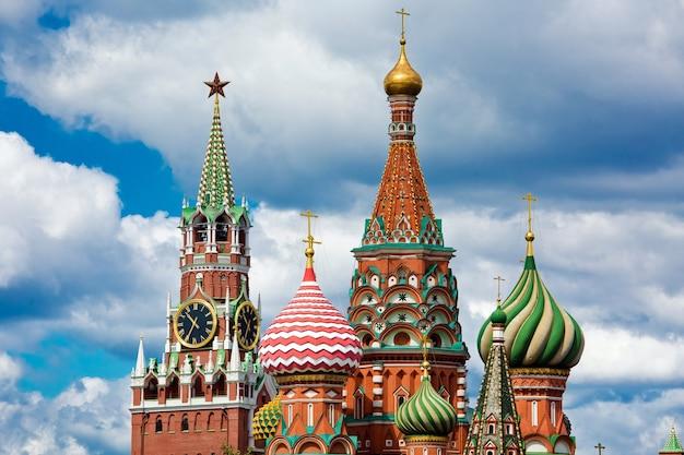 Церковь василия блаженного на фоне голубого неба в москве