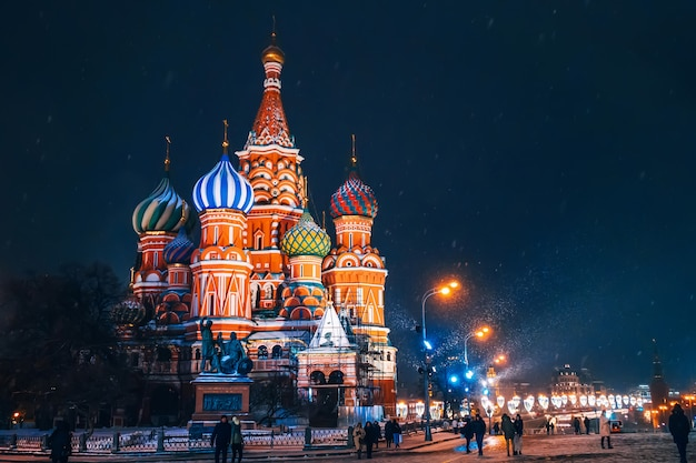 Saint basil's cathedral on red square in moscow in russia at night in winter