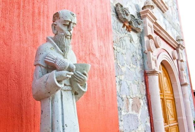멕시코 교회 입구에 있는 성 프란치스코 동상 프리미엄 사진