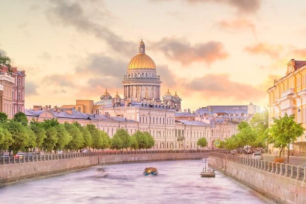 Исаакиевский собор через реку мойку в санкт-петербурге, россия
