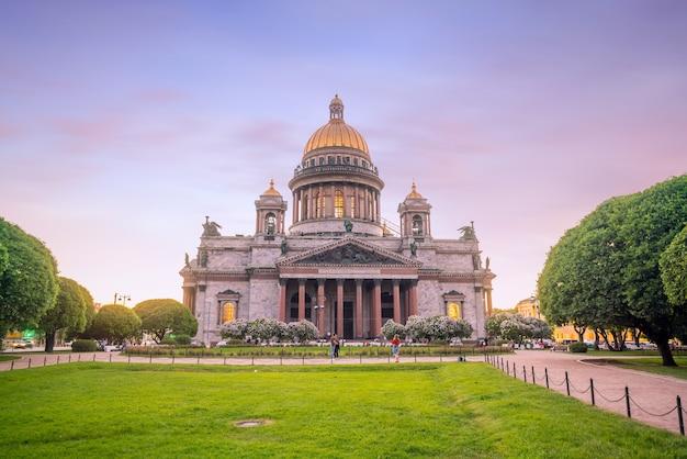 Исаакиевский собор в санкт-петербурге, россия в сумерках