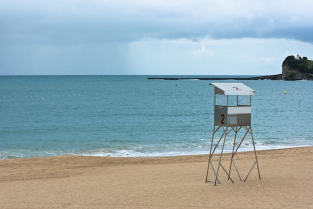 프랑스 saint-jean-de-luz 모래 해변. 비가 오는 날씨