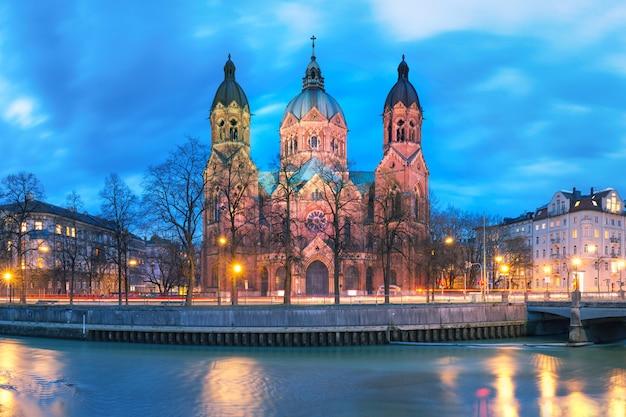 Церковь святого лукаса ночью в мюнхене, германия