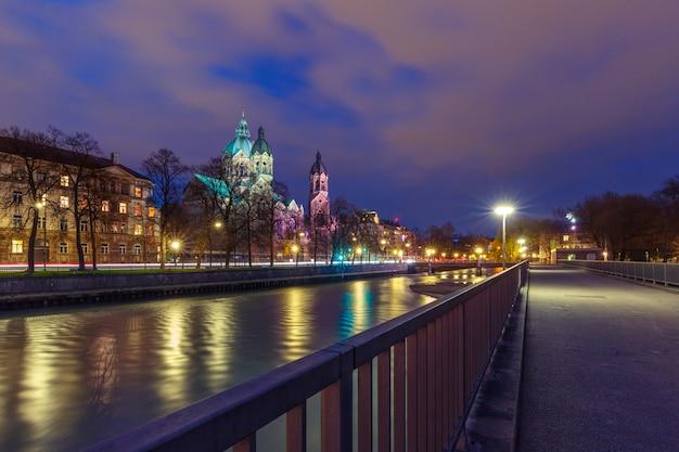 ドイツ、ミュンヘンの夜の聖ルーカス教会