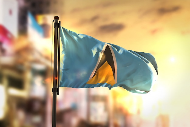 日の出のバックライトで街を曇らせたセントルシアの国旗