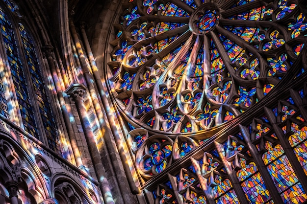 Сен-мало бретань франция 15 января 2020 витражи во французском соборе сент-винсент