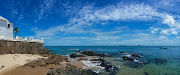 Форт святой марии и пляж барра в летний день в сальвадоре, баия, бразилия.