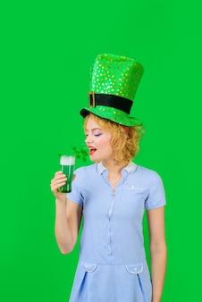 성 패트릭의 날 또는 10월 축제 녹색 맥주를 마시는 녹색 레프러콘 모자를 쓴 아름다운 소녀