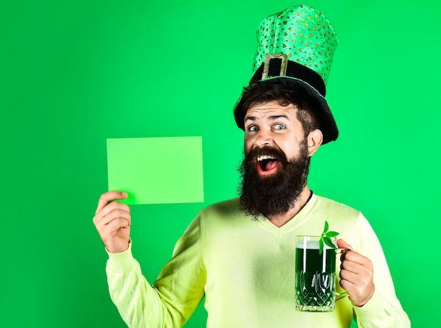 Символы дня святого патрика бородатый мужчина в зеленой шляпе держит зеленую доску день святого патрика счастливые четыре