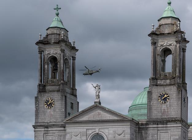 Католическая церковь святых петра и павла в городе атлон, ирландия. вертолет над церковью.