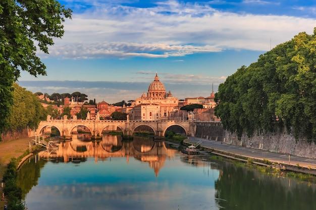 イタリア、ローマの朝、聖ペテロ大聖堂と聖天使がテヴェレ川に架かる橋。