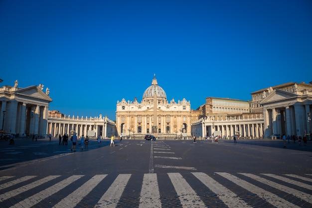 유명한 cupola, 이른 아침 일광 및 여전히 소수의 관광객이 있는 바티칸의 성 베드로 대성당.