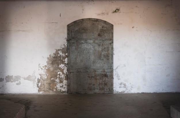 Санкт-петербург / россия / 23.07.2021. изображение металлической двери форта константин в кронштадте.