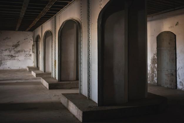 Санкт-петербург / россия / 23.07.2021. изображение колонн в цитадели форта константин, кронштадт.