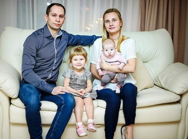 러시아 상트 페테르부르크-2016 년 12 월 24 일 : 어린이 새해 인사. 크리스마스 트리 근처 가족 사진입니다.