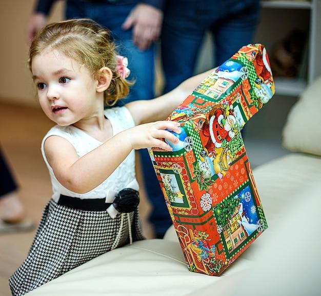 러시아 상트 페테르부르크-2016 년 12 월 24 일 : 어린이 새해 인사. 그 아이는 선물을 받았습니다.