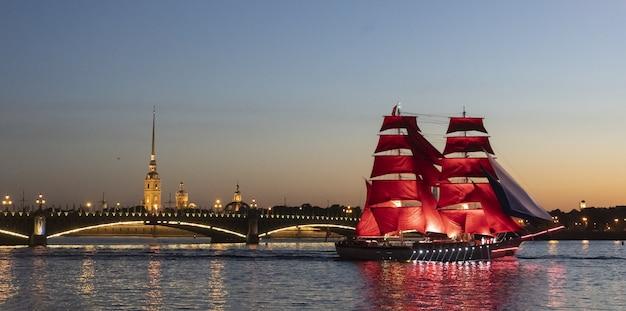 Санкт-петербург россия разведенный мост праздник алые паруса белые ночи
