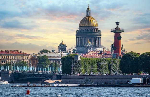 Санкт-петербург, россия - 25 июня 2021 года: панорама санкт-петербурга с реки невы. фрагмент здания иссакиевского собора со скульптурами.