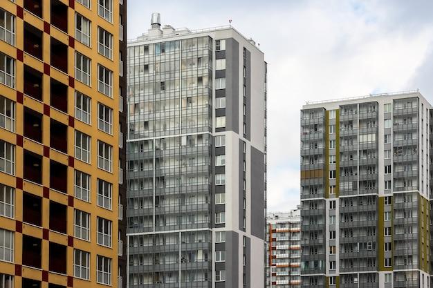 Россия, санкт-петербург. новые небоскребы в районе кудрово.