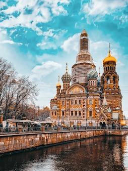 Санкт-петербург, россия - 03 ноября 2019 г .: канал грибобедова. собор спаса-на-крови. санкт-петербург. россия.