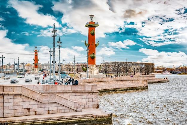 Санкт-петербург, россия - 05 ноября 2019 г .: ростральные колонны на стрелке васильевского острова. санкт-петербург.