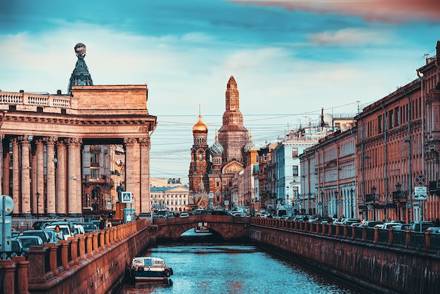 Санкт-петербург, россия - 06 ноября 2019 г .: канал грибобедова. казанский храм и храм спаса на крови.