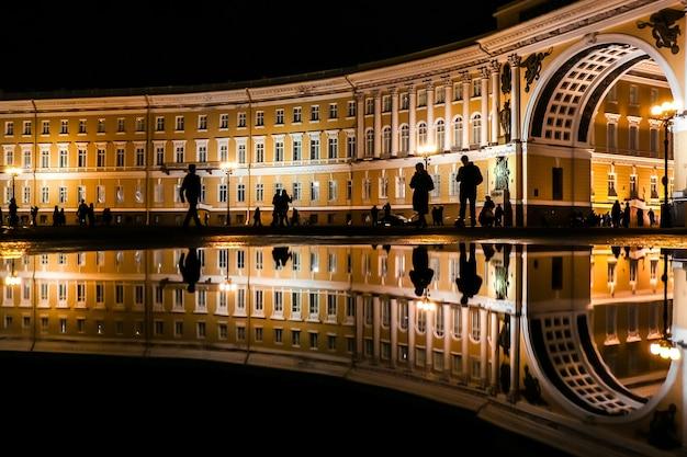 Россия, санкт-петербург. вид на главный штаб на дворцовой площади (дворцовая площадь) поздним вечером.