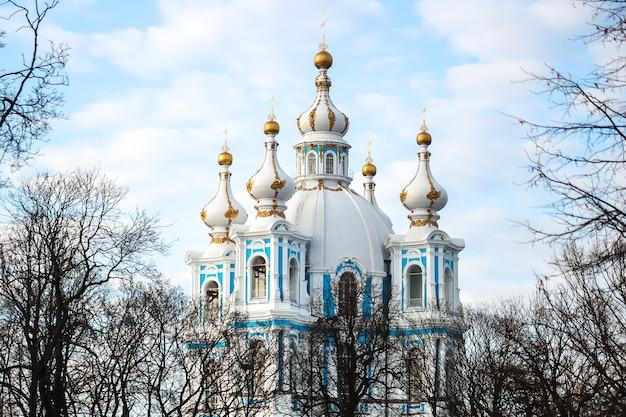 Россия, санкт-петербург. вид на смольный собор в солнечный день.