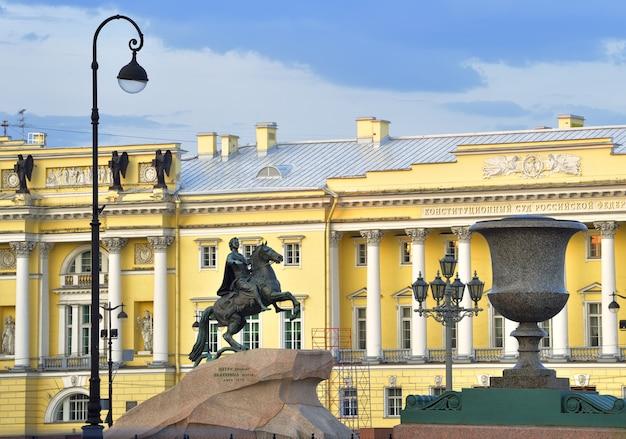 Санкт-петербург россия09012020 медный всадник утром памятник петру великому от екатерины второй на сенатской площади фасад здания сената гранитная ваза