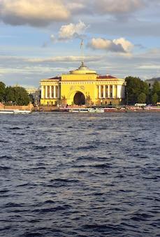 Санкт-петербург россия09032020 адмиралтейская набережная невы