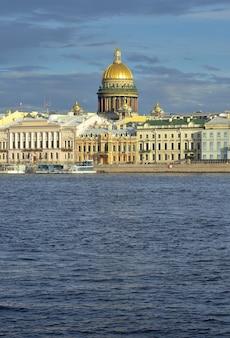 Санкт-петербург россия09032020 английская набережная невы исаакиевский купол