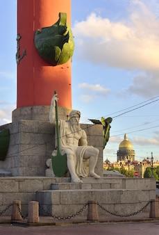 Санкт-петербург россия09032020 скульптура ростральной колонны