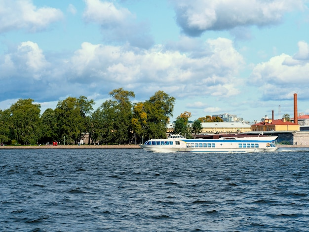 Neva 강에서 항해하는 상트 페테르부르크 스피드 보트 택시