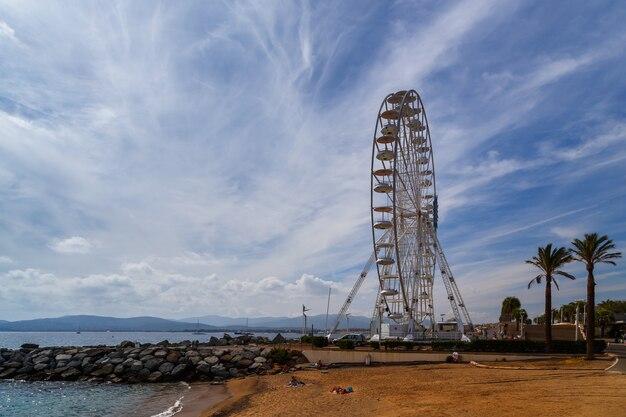 曇りの日のサンラファエルフランスビーチと観覧車