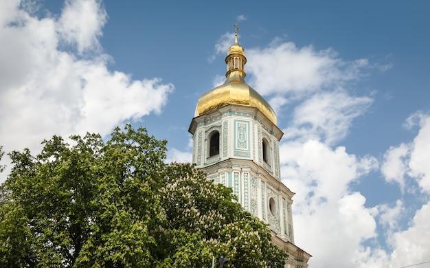 青い空と白い雲と晴れた日にキエフの聖ソフィア大聖堂