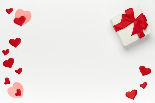 聖バレンタインの概念、色のハートの上面図とテキストの背景の場所で隔離白のギフトボックス