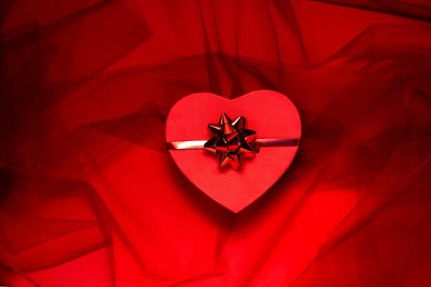 День святого валентина и концепция 8 марта. верхний горизонтальный вид красной коробки на праздничном фоне, концепция hholidays.