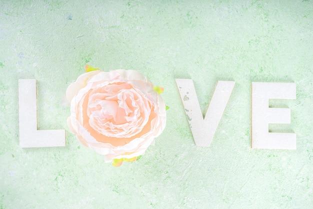 세인트 발렌타인 배경, 인사말 카드 또는 초대장. 꽃과 사랑의 편지, 밝은 녹색 봄 배경 flatlay에 상위 뷰