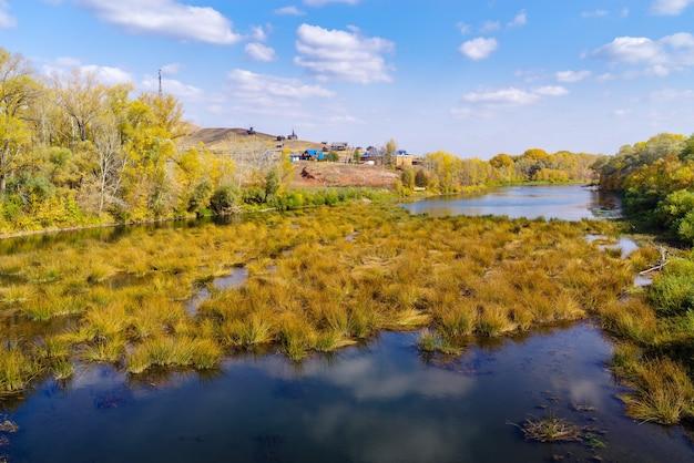 Saraktash 마을의 orenburg 지역 러시아 해안에 있는 sakmara 강과 red mountain 캠핑