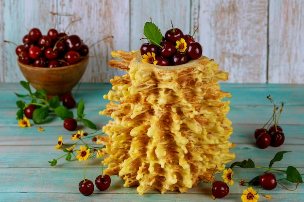 Sakotisはリトアニアの伝統的なハイケーキで、新鮮なチェリーが使われています。