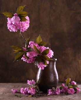 나무 배경에 꽃병에 사쿠라