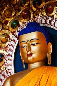 Статуя будды шакьямуни в буддийском храме