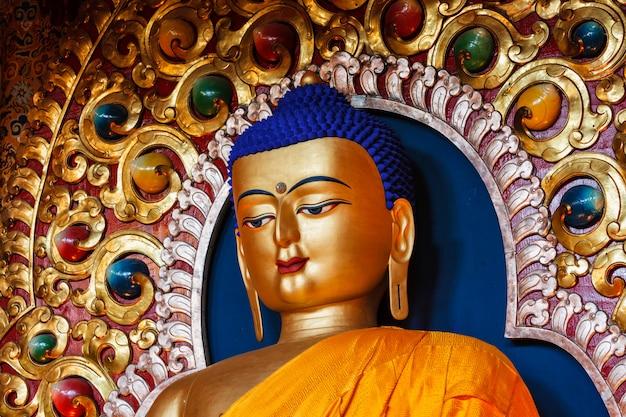 Статуя будды шакьямуни
