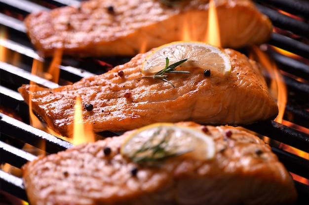 燃えるようなグリルでさまざまな野菜と焼きsal