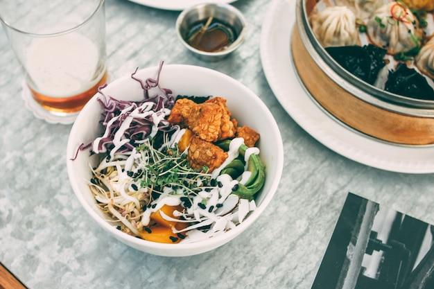 汎アジア料理-竹saladとサラダの異なる点心。ビールと2人でのランチ