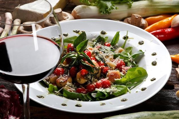 サラダと赤ワイン