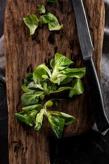 Disposizione dell'insalata sulla tavola di legno